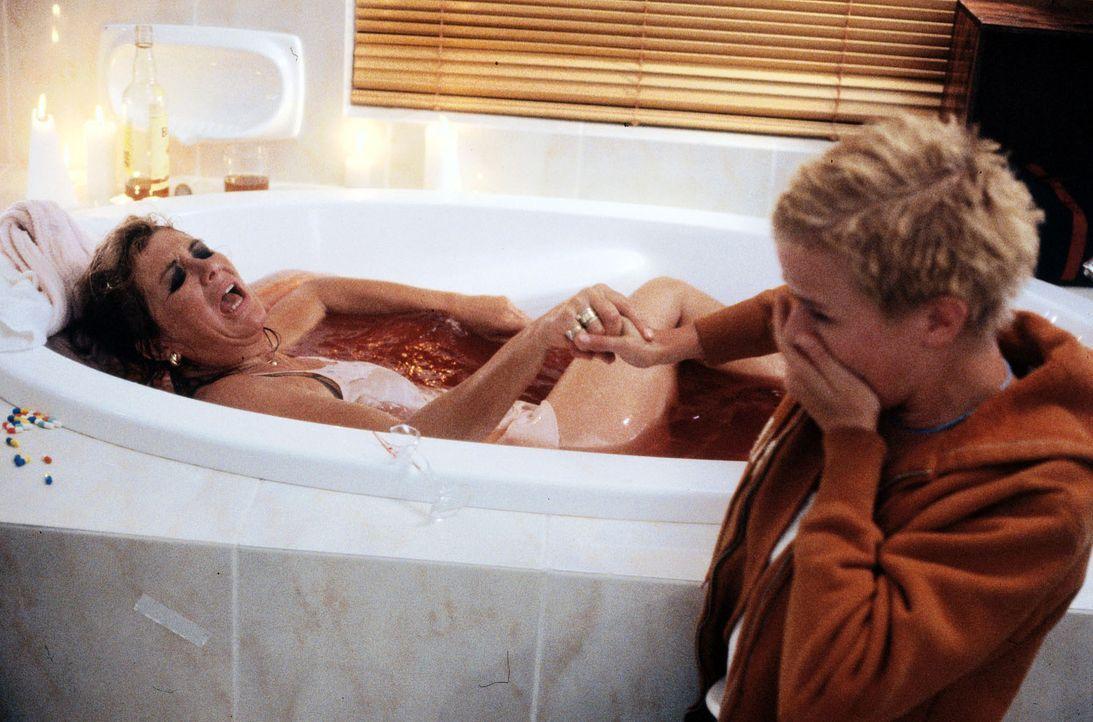 Nina (Mira Bartuschek, r.) findet ihre Mutter (Jutta Speidel, l.) in der Badewanne, vollgepumpt mit Tabletten. Sie hat einen Selbstmordversuch unter... - Bildquelle: Sat.1