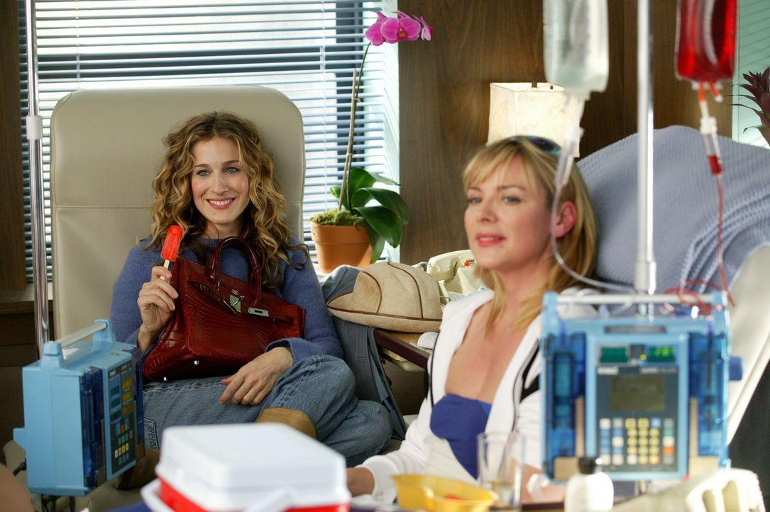Seit der grauenvollen Diagnose hat Carrie (Sarah Jessica Parker, l.) große Angst um ihre Freundin Sam (Kim Cattrall, r.) ... - Bildquelle: Paramount Pictures