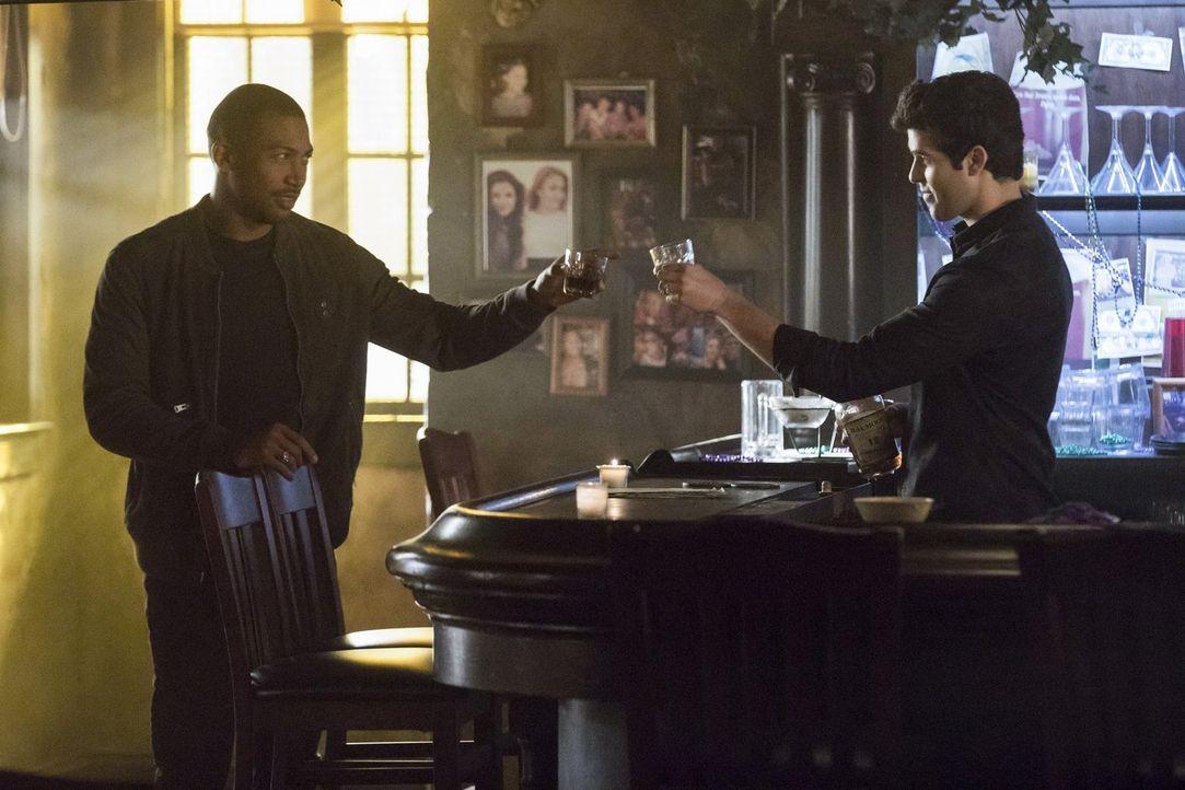 Auf welche Seite werden sich Marcel (Charles Michael Davis, l.) und Josh (Steven Krueger, r.) stellen - die der Mikaelsons, die des Hollows oder ihr... - Bildquelle: 2016 Warner Brothers