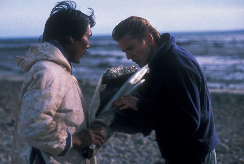 Der Häuptling (Darsteller unbekannt) einer kleinen Gruppe von Inuit bietet dem Buschpilot Charlie Halliday (Barry Pepper, r.) zwei Walrosszähne, w... - Bildquelle: Overseas Filmgroup