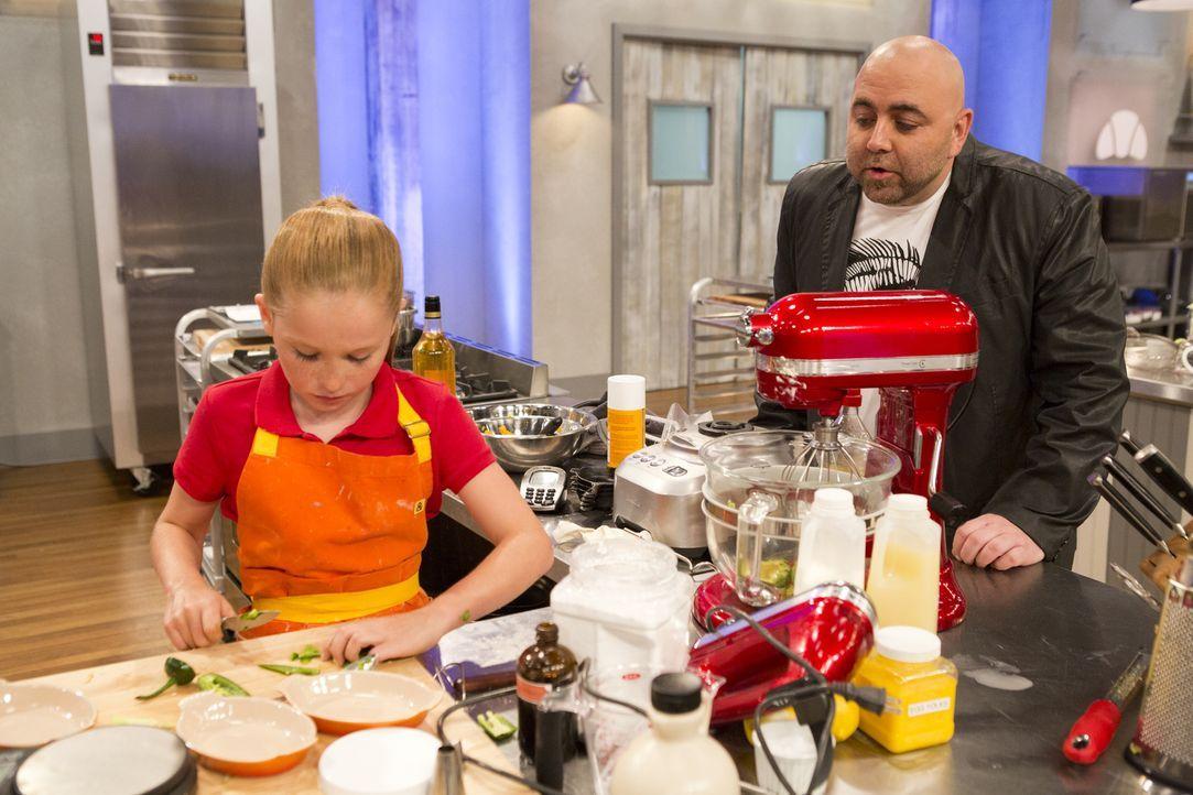 Duff Goldman (r.) ist gespannt, wie Peggy (l.) mit der recht komplizierten Aufgabe zurecht kommt ... - Bildquelle: Adam Rose 2015, Television Food Network, G.P.  All Rights Reserved.