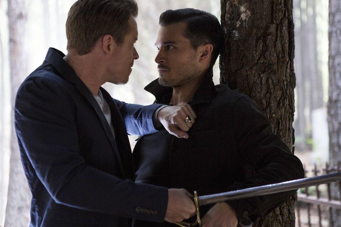 Als Enzo (Michael Malarkey, r.) Julian (Todd Lasance, l.) zu einem Kampf um Leben und Tod auffordert, ahnt er nicht, welche Auswirkungen das für sei... - Bildquelle: Warner Bros. Entertainment, Inc.