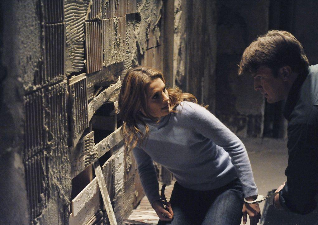Als Richard Castle (Nathan Fillion, r.) und Kate Beckett (Stana Katic, l.) in einem Bett mit Handschellen aneinander gekettet aufwachen, sind sie in... - Bildquelle: 2011 American Broadcasting Companies, Inc. All rights reserved.