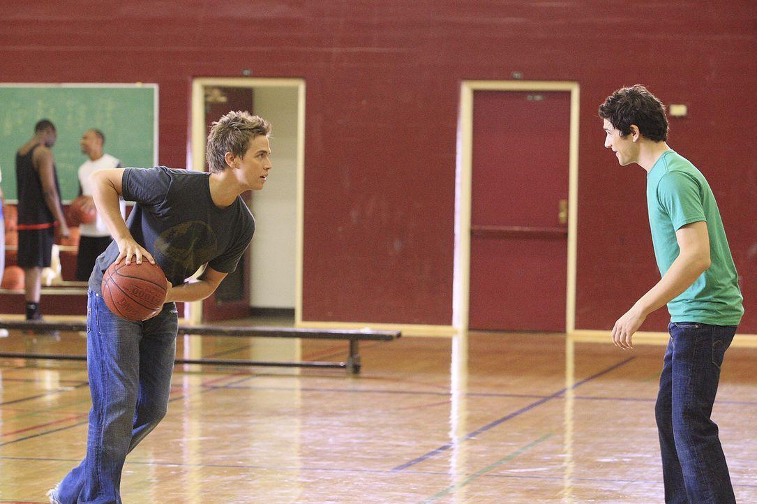 Wer geht als Sieger hervor? Declan (Chris Olivero, l.) und Kyle (Matt Dallas, r.) messen ihre Kräfte ... - Bildquelle: TOUCHSTONE TELEVISION