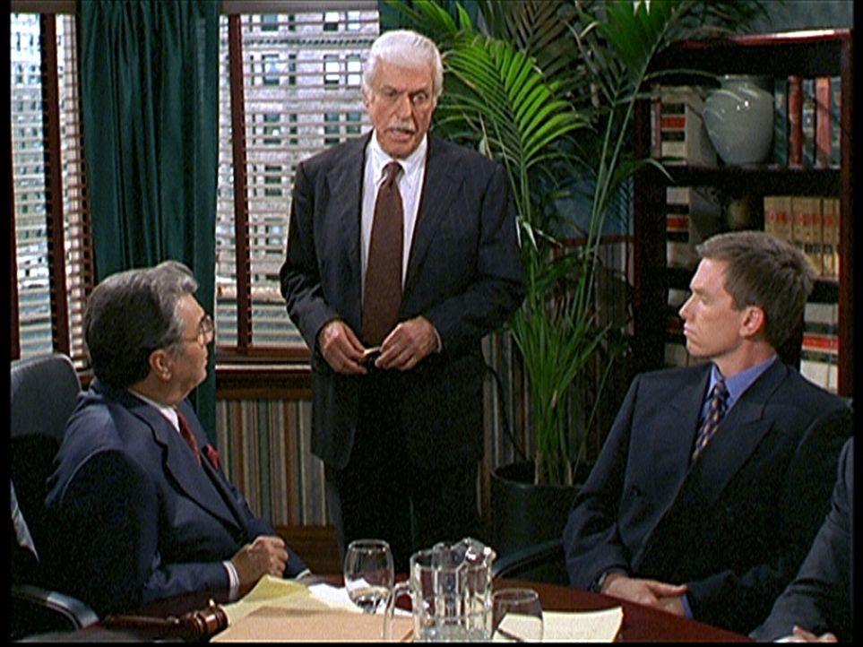Dr. Mark Sloan (Dick Van Dyke, M.) berichtet vor der Schlichtungskommission von den unerträglichen Zuständen im Krankenhaus. - Bildquelle: Viacom