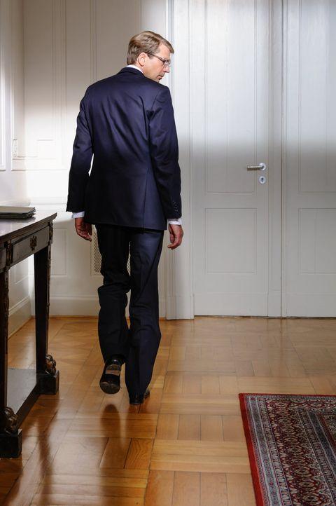 Sein Amt kann ihn nicht länger schützen. Jeden Tag prasseln neue Vorwürfe auf den Bundespräsidenten Christian Wulff (Kai Wiesinger) und seine Frau n... - Bildquelle: Stefan Erhard SAT.1