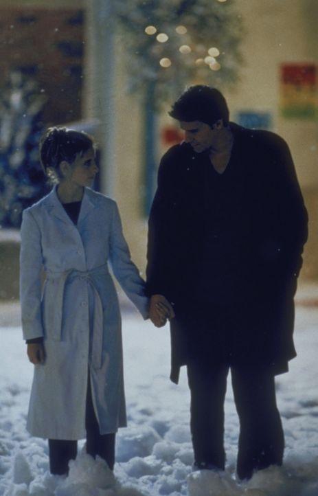 Buffy (Sarah Michelle Gellar, l.) und Angel (David Boreanaz, r.) stapfen erstaunt durch den Schnee. So etwas hat es in dieser Gegend bisher noch nie... - Bildquelle: TM +   2000 Twentieth Century Fox Film Corporation. All Rights Reserved.