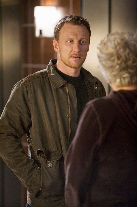 Carolyn (Tyne Daly, r.), die lange Zeit als Krankenschwester beim Militär tätig war, versucht mit Owen (Kevin McKidd, l.) über dessen Erfahrungen... - Bildquelle: Touchstone Television
