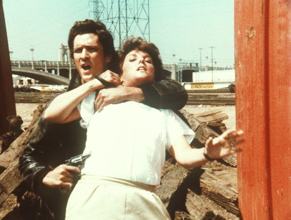 Lacey (Tyne Daly, r.) wird von dem Gangster Boyd (Michael Madsen, l.) überwältigt und als Geisel genommen. - Bildquelle: ORION PICTURES CORPORATION. ALL RIGHTS RESERVED.