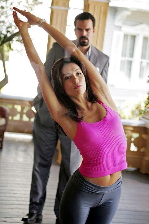Um herauszufinden, ob Gabrielle (Eva Longoria, vorne) fremd geht, entwickelt Carlos (Ricardo Antonio Chavira, hinten) einen gemeinen Plan ... - Bildquelle: Touchstone Television