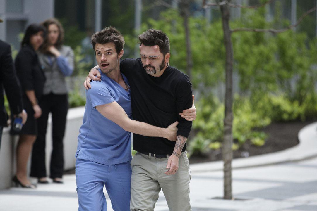 Kann Dr. Joel Goran (Daniel Gillies, l.) Karn (Billy MacLellan, r.) davon überzeugen, doch wieder in die Klinik zurückzukehren? - Bildquelle: 2012  Hope Zee One Inc.