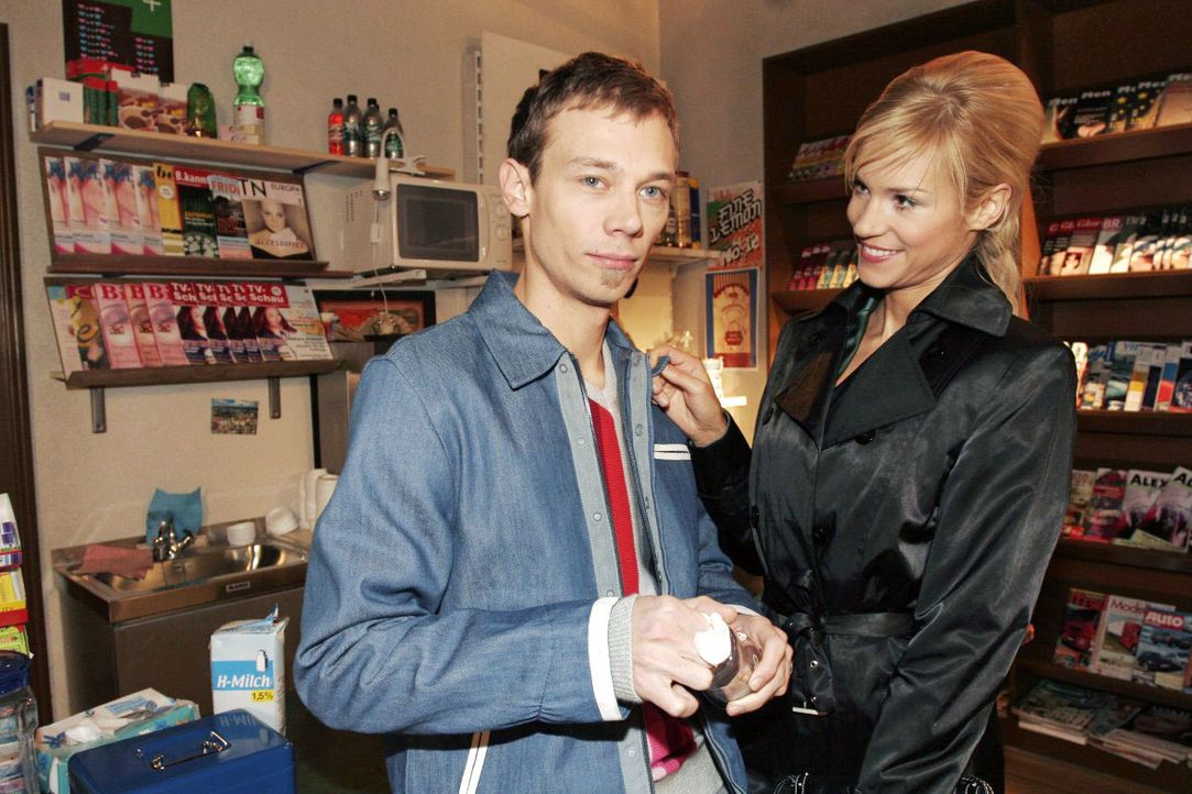 Als Sabrina (Nina-Friederike Gnädig, r.) erfährt, dass Jürgen  (Oliver Bokern, l.) zum Speed-Dating geht, macht sie ihm ungewollt ein Kompliment. - Bildquelle: Monika Schürle SAT.1 / Monika Schürle