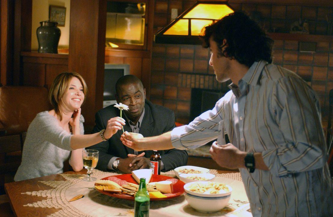 Ein gemütliches Abendessen: Terry (Sabrina Lloyd, l.), David (Alimi Ballard, M.) und Charlie (David Krumholtz, r.) ... - Bildquelle: Paramount Network Television