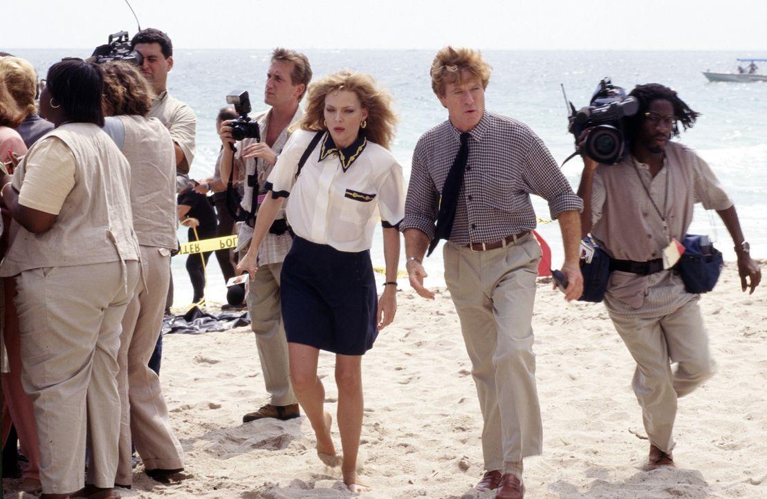 Der altgediente Nachrichtenprofi Warren Justice (Robert Redford, 2.v.r.) erkennt das Potential von Sally Atwater (Michelle Pfeiffer, 3.v.r.) und bau... - Bildquelle: Buena Vista Pictures
