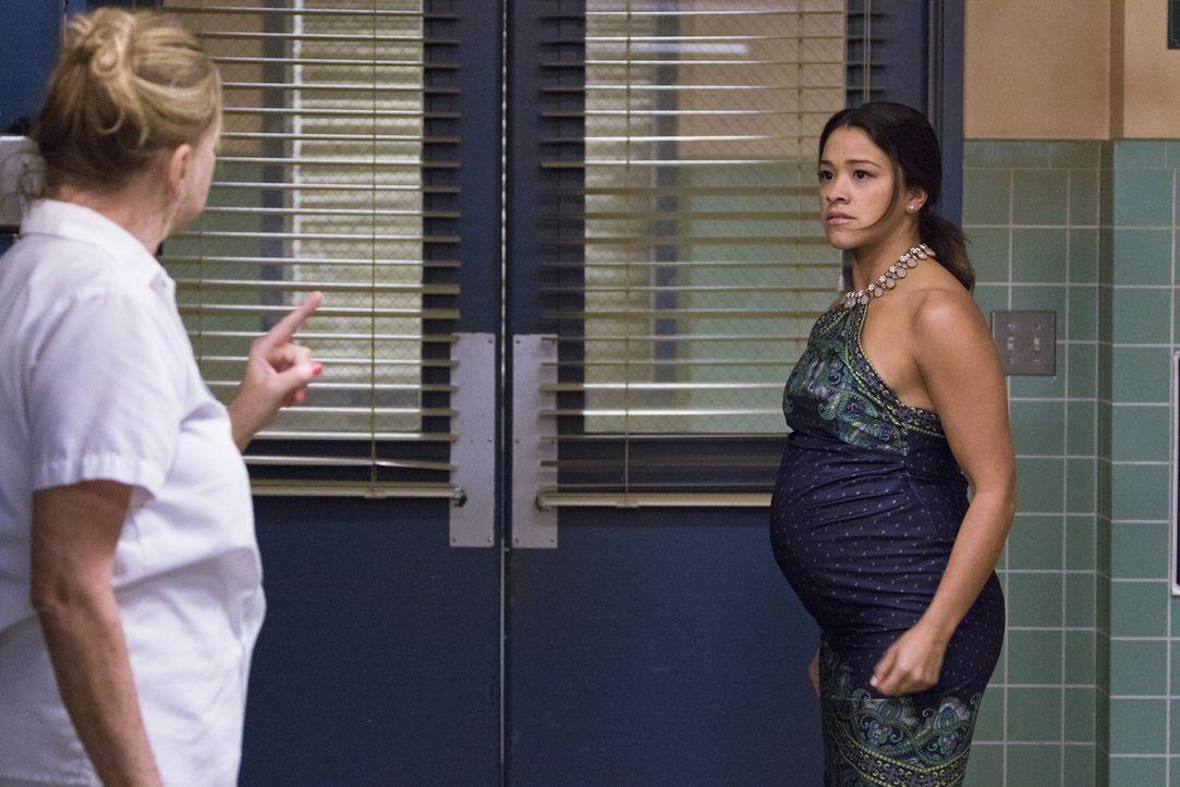 Setzt alles daran zu beweisen, dass Magda (Priscilla Barnes, l.) ihre Großmutter die Treppe runtergestoßen hat: Jane (Gina Rodriguez, r.) ... - Bildquelle: 2014 The CW Network, LLC. All rights reserved.