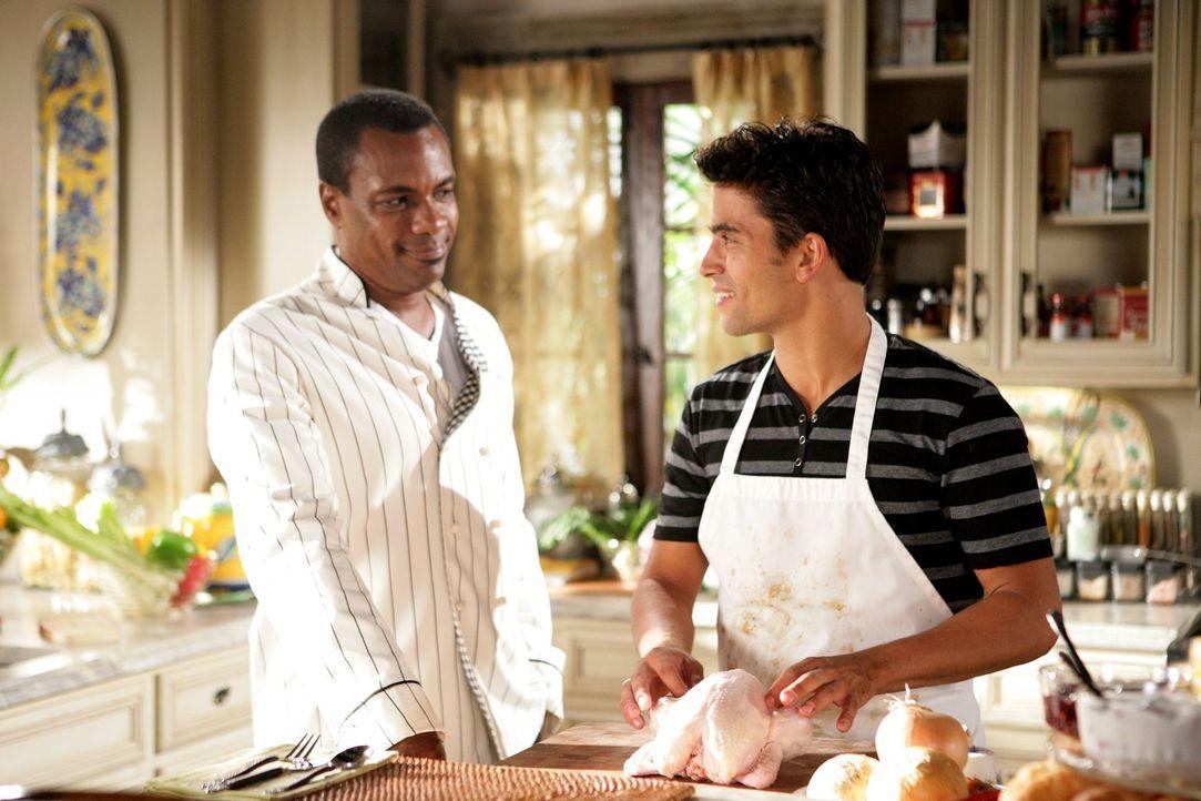 In der Küche: Marco (Allan Louis. l.) und Louis (Ignacio Serricchio, r.) ... - Bildquelle: Warner Bros. Television