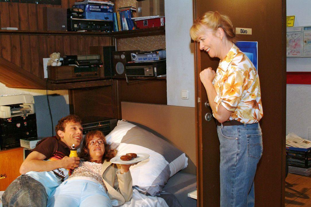 Als Helga (Ulrike Mai, r.) ins Zimmer kommt, ist Lisa (Alexandra Neldel, M.) erleichtert, dass ihre Mutter sie vor einem Kuss mit Jürgen (Oliver Bok... - Bildquelle: Monika Schürle SAT.1 / Monika Schürle