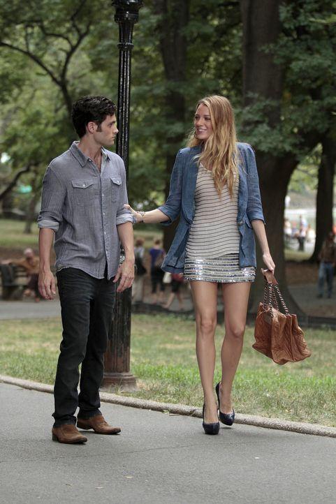 Serena (Blake Lively, r.) und Dan (Penn Badgley, l.) kommen sich wieder näher und Serena wünscht sich nichts mehr, als dass es mit ihnen beiden funk... - Bildquelle: Warner Bros. Television