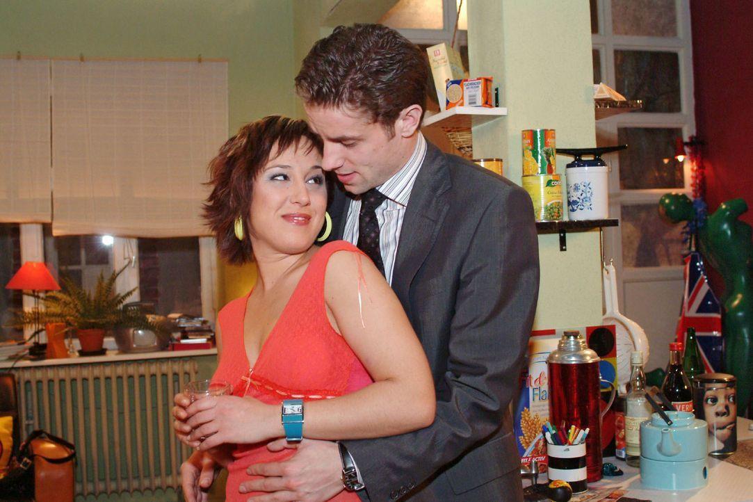 Yvonne (Bärbel Schleker, l.) erliegt Max' (Alexander Sternberg, r.) - wohl kalkuliertem - Charme. - Bildquelle: Sat.1