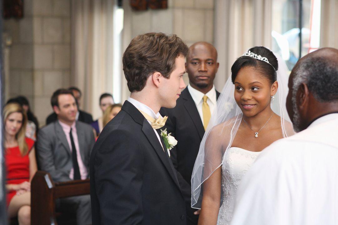 Nach anfänglichen Schwierigkeiten kann sich Sam (Taye Diggs, 2.v.r.) für seine Tochter Maya (Geffri Maya, 2.v.l.) und Dink (Stephen Lunsford, l.) fr... - Bildquelle: ABC Studios