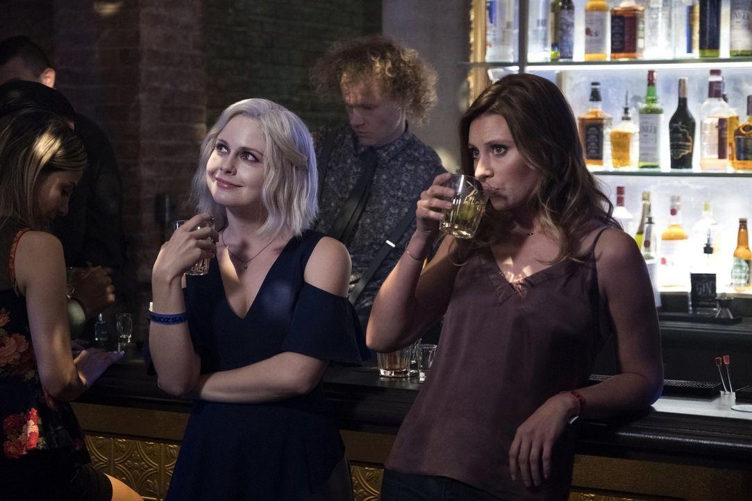 Liz (Rose McIver, l.); Peyton (Aly Michalka, r.) - Bildquelle: Warner Bros.