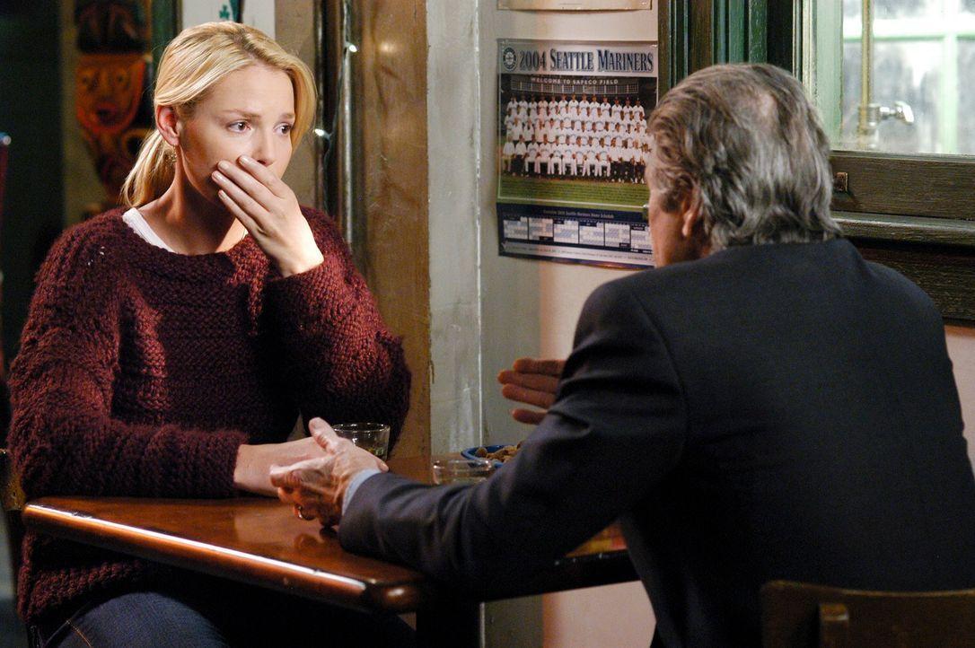 Nach einem langen Gespräch konnte Izzie (Katherine Heigl, l.) Dennys Vater (Fred Ward, r.) davon überzeugen, dass es ihr bei der Verlobung nicht um... - Bildquelle: Touchstone Television