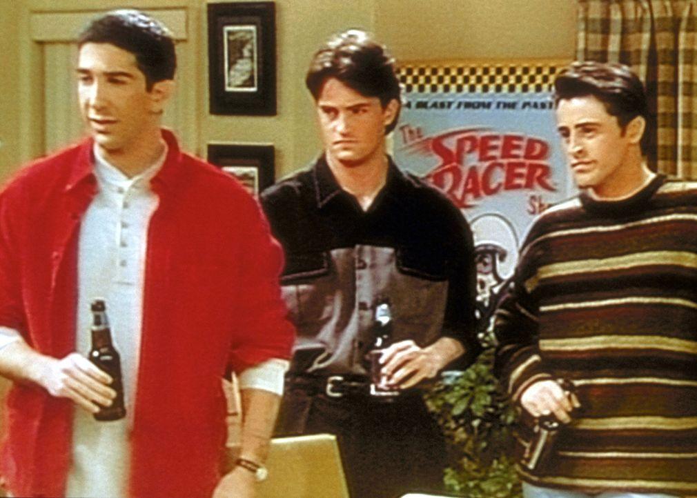 (v.l.n.r.) Ross (David Schwimmer), Chandler (Matthew Perry) und Joey (Matt LeBlanc) sind skeptisch, als die drei Freundinnen mit ihnen pokern wollen. - Bildquelle: TM+  2000 WARNER BROS.