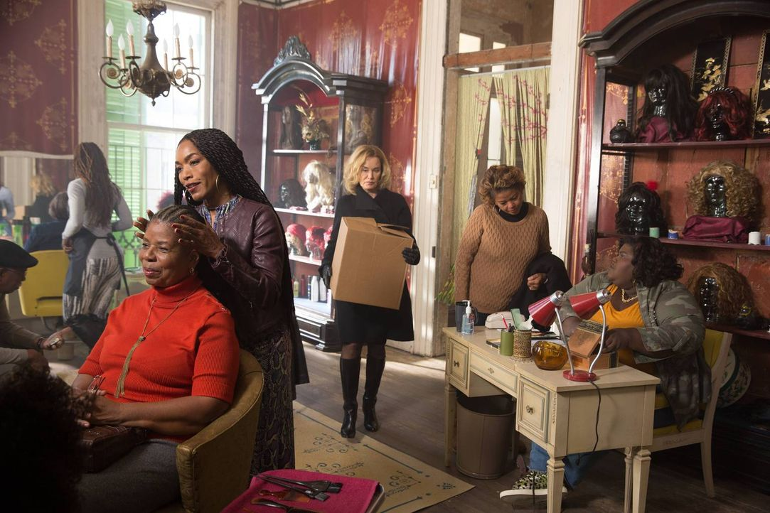 Noch ahnt Queenie (Gabourey Sidibe, r.) nicht, welchen Vorschlag Fiona (Jessica Lang, M.) Marie Laveau (Angela Bassett, 2.v.l.) machen wird ... - Bildquelle: 2013-2014 Fox and its related entities. All rights reserved.