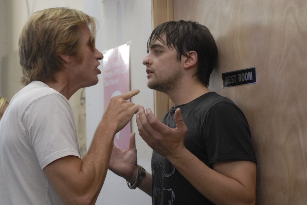 Tommy (Denis Leary, l.) knöpft sich Tony (Vincent Piazza, r.) vor, weil er Mist gebaut hat ... - Bildquelle: 2007 Sony Pictures Television Inc. All Rights Reserved