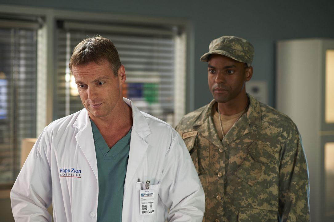 Corporal McCreary (Ronnie Rowe, r.) lässt Charlie (Michael Shanks, l.) einfach keine Ruhe ... - Bildquelle: 2013  Hope Zee Two Inc.
