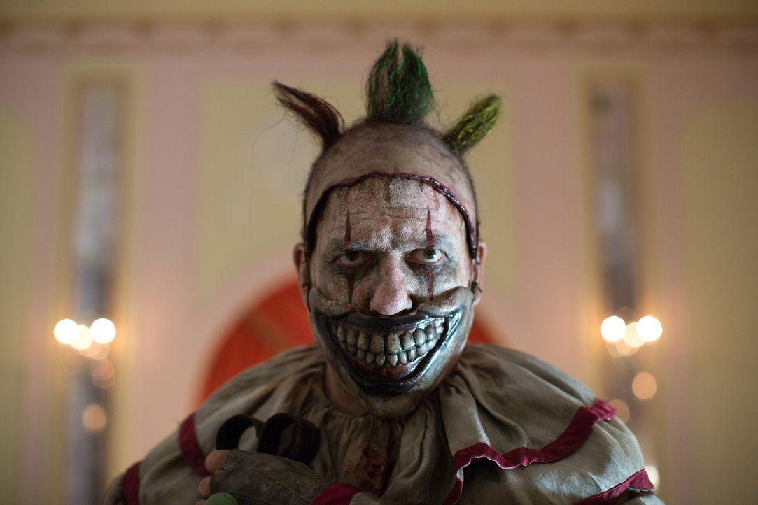 Lässt sich Twisty der Clown (John Carroll Lynch) wirklich als Spielzeug für einen gelangweilten und verwöhnten Jungen missbrauchen? - Bildquelle: 2014-2015 Fox and its related entities. All rights reserved.
