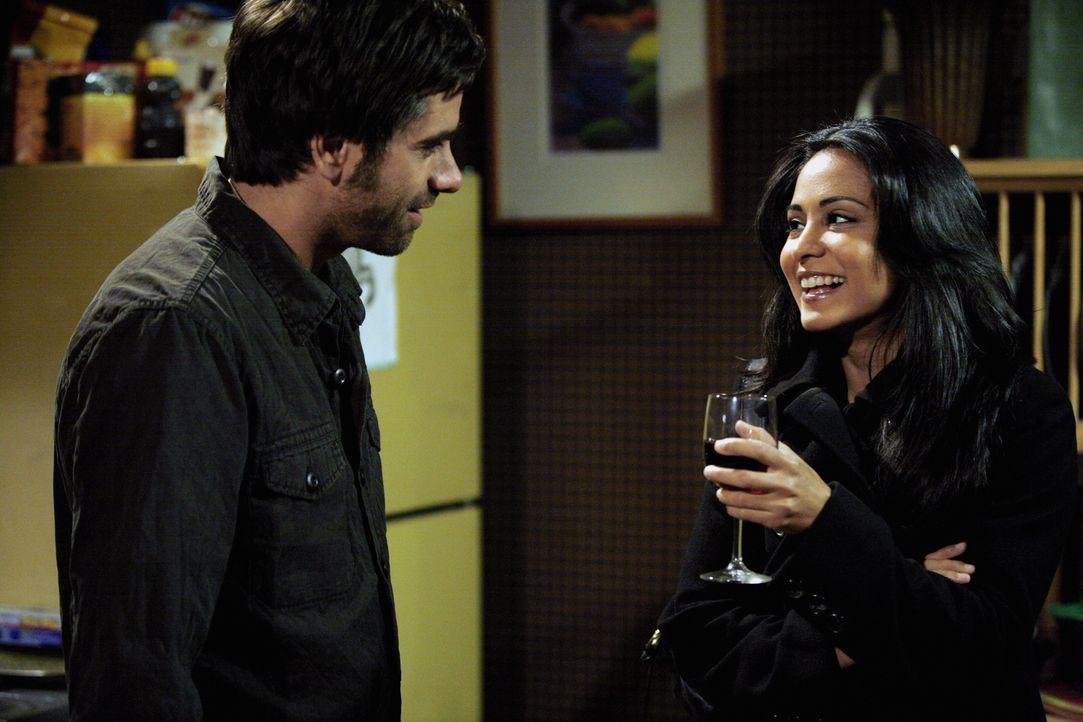Fühlen sich zueinander hingezogen: Tony (John Stamos, l.) und Neela (Parminder Nagra, r.) ... - Bildquelle: Warner Bros. Television