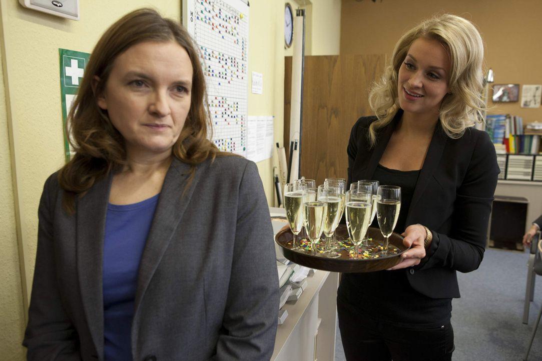 Gabriele (Marie Schneider, l.) versucht, trotz ihres Alkoholproblems und der Beurlaubung Präsenz an der Schule zu zeigen, bis Alexandra (Verena Mun... - Bildquelle: SAT.1