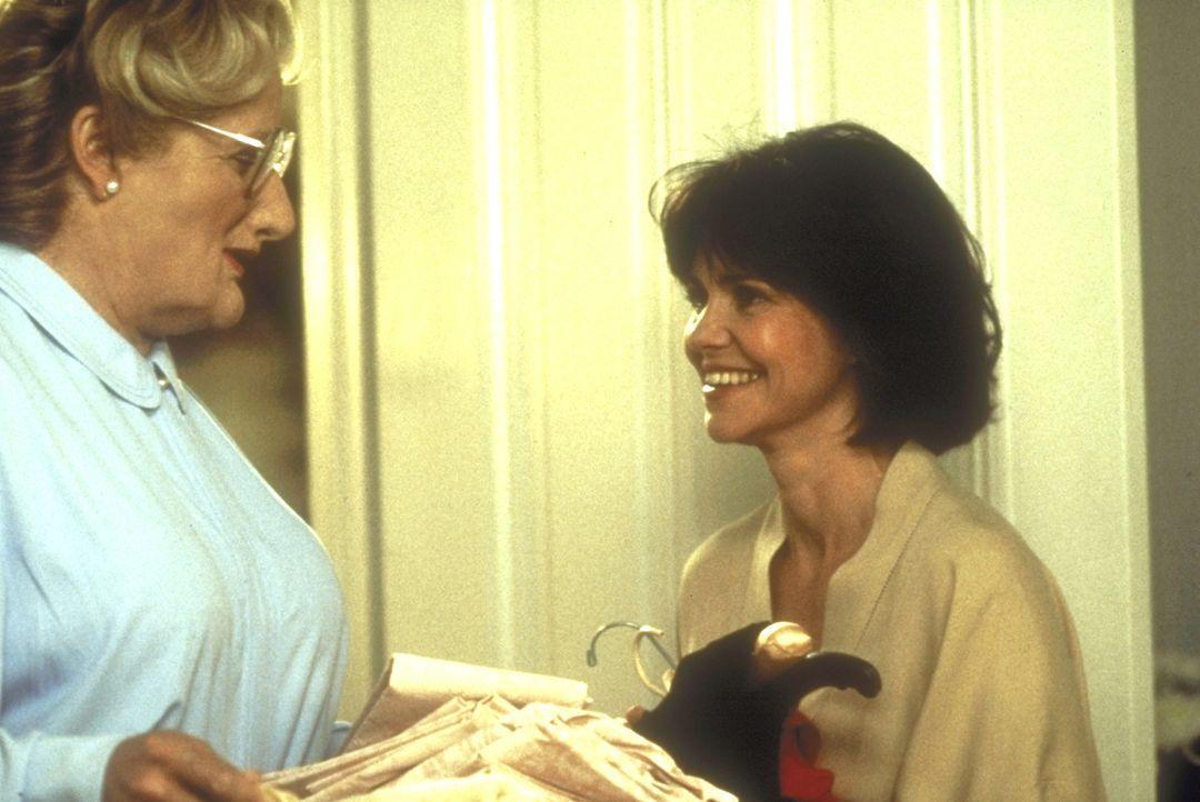 Die Umsicht, mit der Mrs. Doubtfire (Robin Williams, l.) den Haushalt führt, fasziniert Miranda (Sally Field, r.) immer wieder auf's Neue ... - Bildquelle: 20th Century Fox
