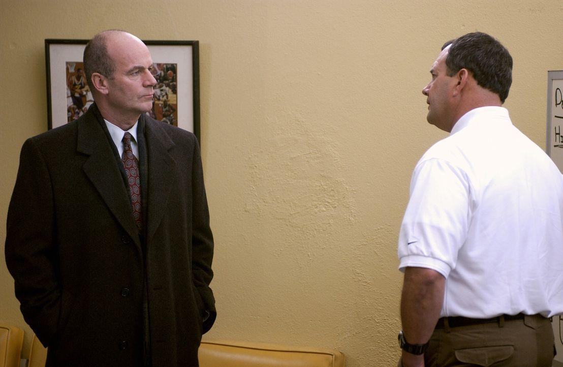 Kann Bobby Lein (Charles Hoyes, r.) Lt. John Stillman (John Finn, l.) bei der Aufklärung des Mordes an Herman Lester weiterhelfen? - Bildquelle: Warner Bros. Television