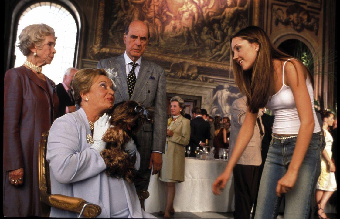 Mit ihrem fröhlichen Yankee-Charme gelingt es Daphne (Amanda Bynes, r.) sogar, Prinzessin Charlottes (Sylvia Syms, sitzend) und Prinz Michaels (Anth... - Bildquelle: Warner Bros.