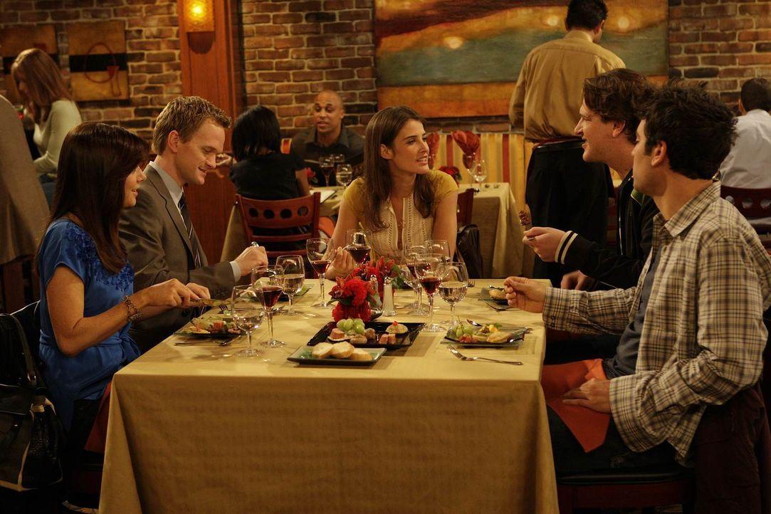 Während Ted (Josh Radnor, r.) den Abend mit Marshall (Jason Segel, 2.v.r.), Barney (Neil Patrick Harris, 2.v.l.), Lily (Alyson Hannigan, l.) und Rob... - Bildquelle: 20th Century Fox International Television