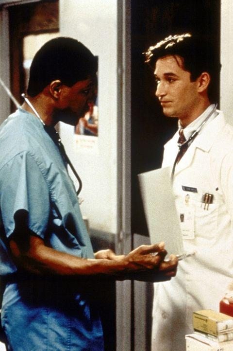 Dr. Peter Benton (Eric LaSalle, l.) gibt dem jungen, unerfahrenen Medizinstudenten John Carter (Noah Wyle) Anweisungen. Seinen ersten Tag in der Not... - Bildquelle: TM+  WARNER BROS.