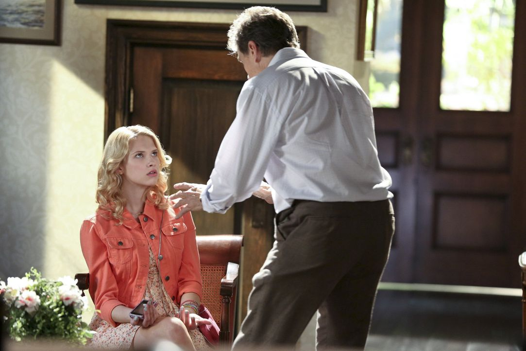 Ein ganz einfacher Deal: Zoe hilft Magnolia (Claudia Lee, l.), wenn Brick (Tim Matheson, r.) sich untersuchen lässt. Damit wäre immerhin allen gehol... - Bildquelle: Warner Bros.