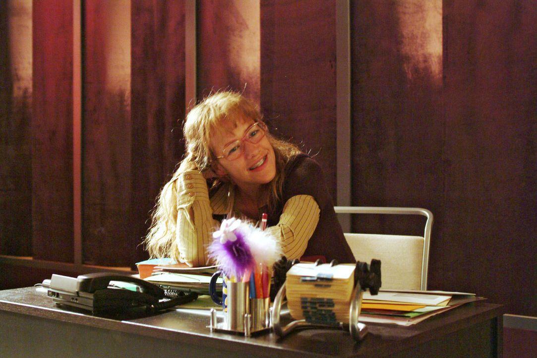 Nachdem David Lisa (Alexandra Neldel) gelobt und ihr die Auswahl seiner Kleidung für das anstehende Fotoshooting anvertraut hat, träumt sie verliebt... - Bildquelle: Monika Schürle SAT.1 / Monika Schürle