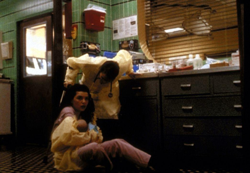 Carol Hathaway (Julianna Margulies, l.) schützt das Neugeborene vor seiner schizophrenen und aggressiven Mutter. - Bildquelle: TM+  2000 WARNER BROS.