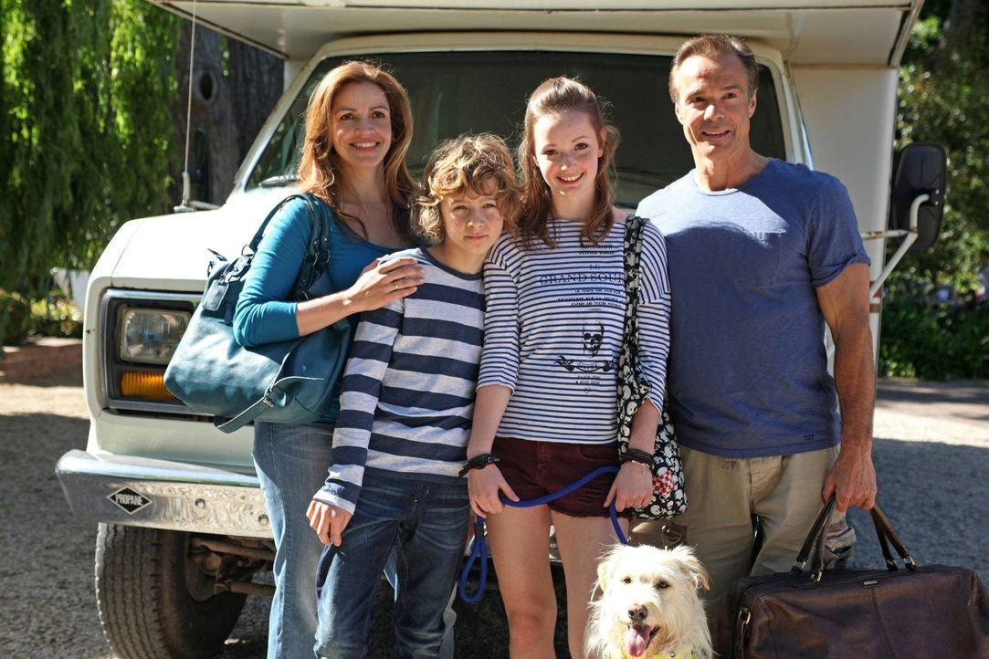 Um ihren Kindern zu zeigen, was für ein harter Job es ist Eltern zu sein, dürfen Emily (Johanna Werner, 2.v.r.) und Tommy (Max Boekhoff, 2.v.l.) ein... - Bildquelle: Boris Guderjahn SAT. 1