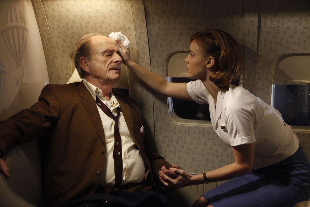 Kate (Kelli Garner, r.) tut ihr Bestes, um dem Fluggast Henry Belsen (Harris Yulin, l.) zu helfen ... - Bildquelle: 2011 Sony Pictures Television Inc.  All Rights Reserved.