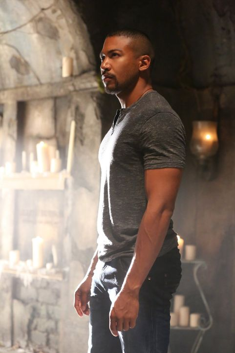 Marcel (Charles Michael Davis) ist geschockt, als ihm bewusst wird, dass ein Massenmord auf das Konto von Davina geht ... - Bildquelle: Warner Bros. Entertainment Inc.
