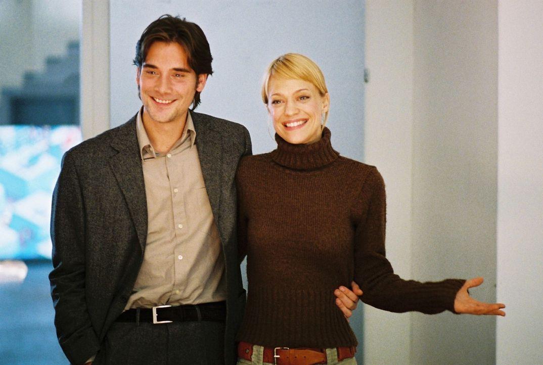 Eva (Heike Makatsch, r.) und Alex (Patrick Rapold, l.) präsentieren sich den verdutzten Kollegen als Verlobte. - Bildquelle: Sat.1