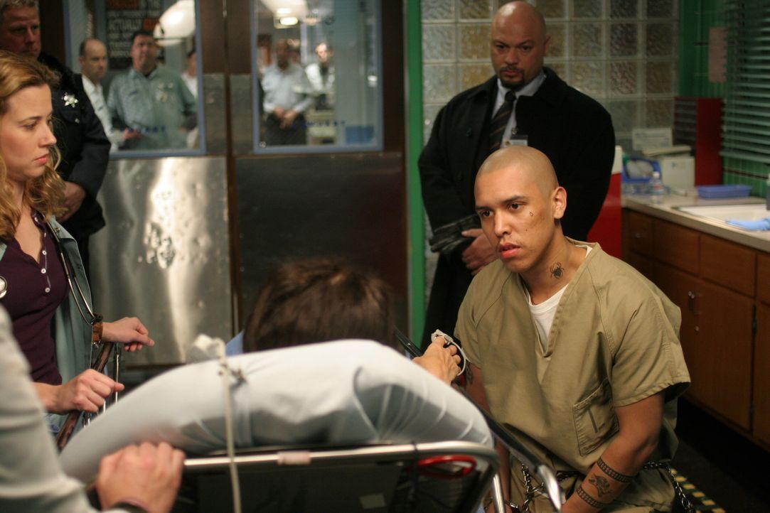 Elena (Yolanda Lloyd Delgado, liegend), eine im Hungerstreik befindliche Frau, wird in die Notaufnahme eingeliefert, nachdem sie vor Schwäche zusamm... - Bildquelle: WARNER BROS