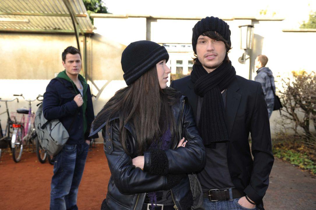 """Luzi (Selina Mueller, M.) ist Ben (Christopher Kohn, r.) dankbar, dass er sie vor Timo (Rocco Stark, l.) """"gerettet"""" hat. - Bildquelle: SAT.1"""