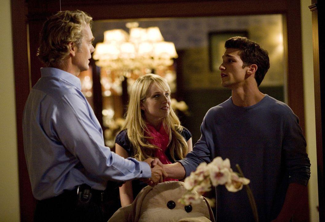 Der sehr fürsorgliche und strenge Vater Marshall (John Schneider, l.) ahnt, dass da etwas im Busch ist und seine Tochter Grace (Megan Park, M.) und... - Bildquelle: ABC Family
