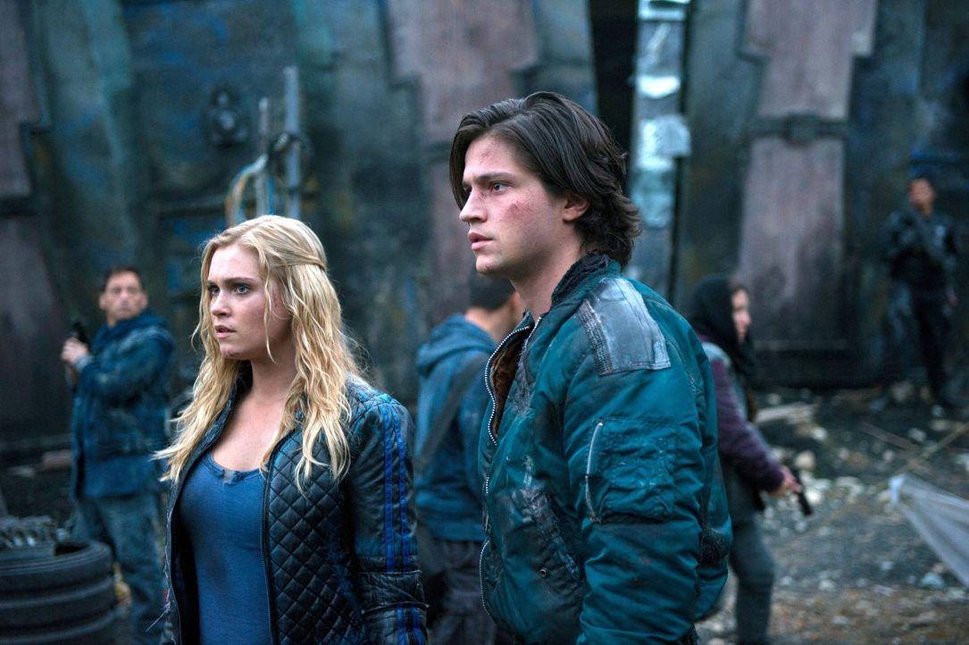 Auch Clarke (Eliza Taylor, l.) muss sich eingestehen, dass sie Finns (Thomas McDonell, r.) Taten nicht rechtfertigen kann ... - Bildquelle: 2014 Warner Brothers
