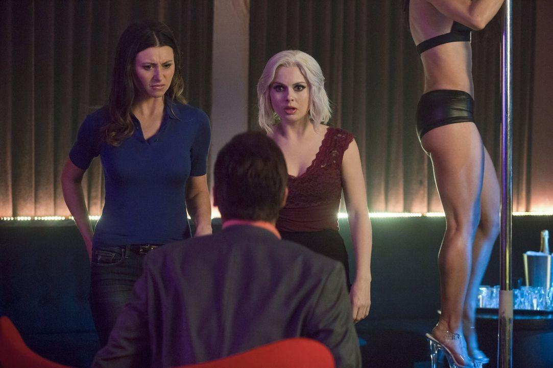 Ermitteln zusammen, als eine Stripperin, die über die Machenschaften ihres Freundes auspacken wollte, ermordet wird: Peyton (Aly Michalka, l.) und L... - Bildquelle: 2014 Warner Brothers